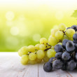Wine collection: White and red grapes on table in vineyard — Stockfoto