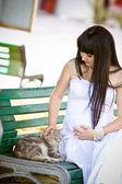 怀孕的女人放松在公园 — 图库照片