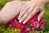 Hand of the groom and the bride wedding rings — Stock Photo