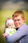 Joven feliz padre e hija sol día de verano en el parque — Foto de Stock