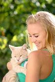 Hermosa chica sostiene en manos del gatito. — Foto de Stock