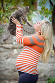 子猫の手を保持している美しい女の子. — ストック写真