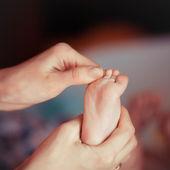 Nyfödd baby fötter — Stockfoto