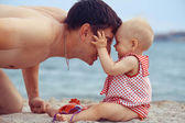 Father the daughter on the sea — ストック写真