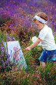 La petite fille dresse un tableau — Photo