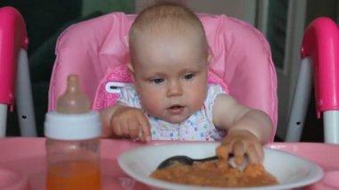 Baby girl eating dinner — Vídeo de Stock