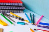 Schulmaterial auf weißem hintergrund — Stockfoto