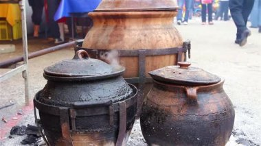 Cooking in ceramic pots — Stock Video