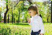 Child blowing soap bubbles. — Stok fotoğraf