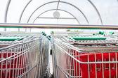 スーパー マーケット ショッピング カートの行で — ストック写真