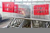 Supermarket, nákupní vozíky, v řadě — Stock fotografie