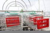 Stormarknad kundvagnar i rad — Stockfoto