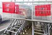 Supermercado comprando carros en una fila — Foto de Stock