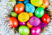 Dekore edilmiş bir yuvadaki yumurta — Stok fotoğraf