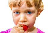 Klein meisje eten tomaat — Stockfoto