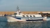 La barca da pesca restituisce alla porta — Foto Stock