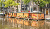 View on a typical canal in Amsterdam, the Netherlands, with hous — Stock Photo