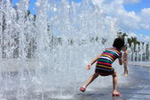 Kids playing in water fountains — Stock Photo