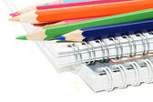 Spiral bärbara datorer med färgpennor — Stockfoto