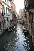 узкий канал венеции — Стоковое фото