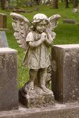 Anioł stojący ze skrzydłami na cmentarzu — Zdjęcie stockowe