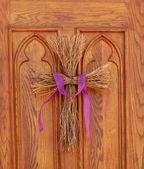 Twig cross on church door — Stock fotografie