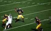 Denard Robinson throws a pass — Stock Photo
