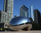 Cloud Gate, with Crain and Trump buildings — Stock Photo