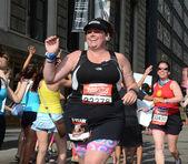 Woman running the 2013 Rock 'n' Roll Chicago Half Marathon — Stockfoto