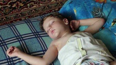 Boy sleeps — Stock Video
