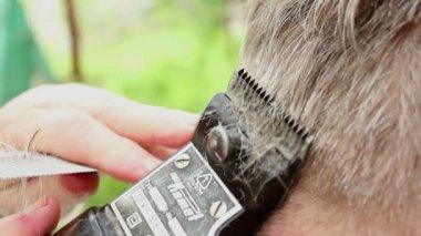 Vieil homme coupe de cheveux — Vidéo