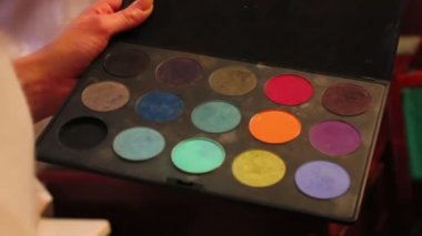 Make-up artist with a palette — Stock Video