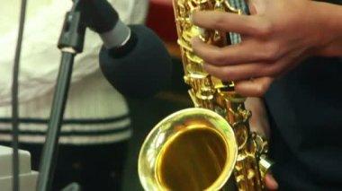 Hombre y saxofón — Vídeo de Stock