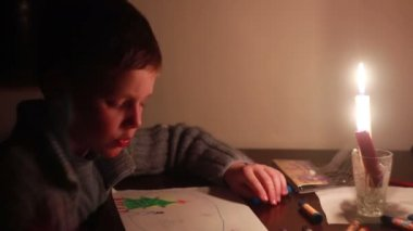 Boy draws — Stock Video