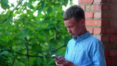 çocuk ile bir telefon — Stok video