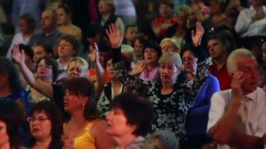 People glorify God praying — Stock Video