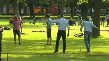 People rest on green grass — Stock Video