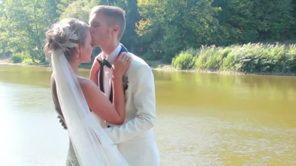 Novio besa a la novia — Vídeo de stock