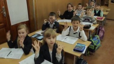 Pupils counting on hands — Stock video