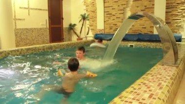Swimming in pool — Stock Video
