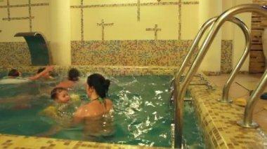 Nadar na piscina — Vídeo stock