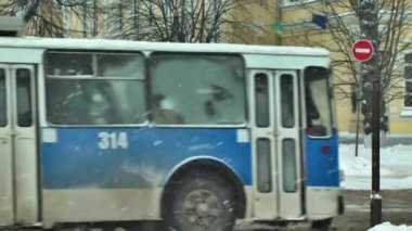 Public trolley bus stop — Stock Video