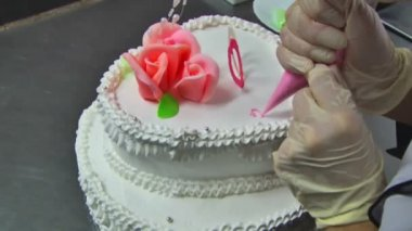 Confectioner hands  with cake — Stock Video