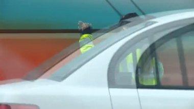 Femme policier régule le trafic — Vidéo