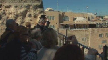 Regard de touristes sur le mur des lamentations — Vidéo