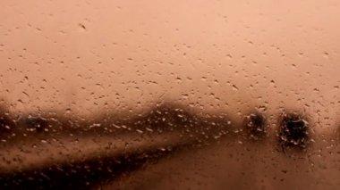 Araba ön cam üzerinde yağmur damlaları — Stok video