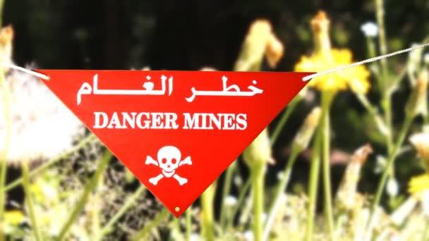 Panneau de signalisation en face d'un champ de mines — Vidéo