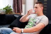 Jonge man ontspannen thuis — Stockfoto