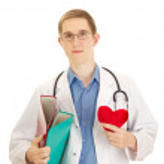 un médico joven con un corazón y carpetas — Foto de Stock