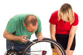 A mechanic repairs the wheel of a bicycle — Stock Photo